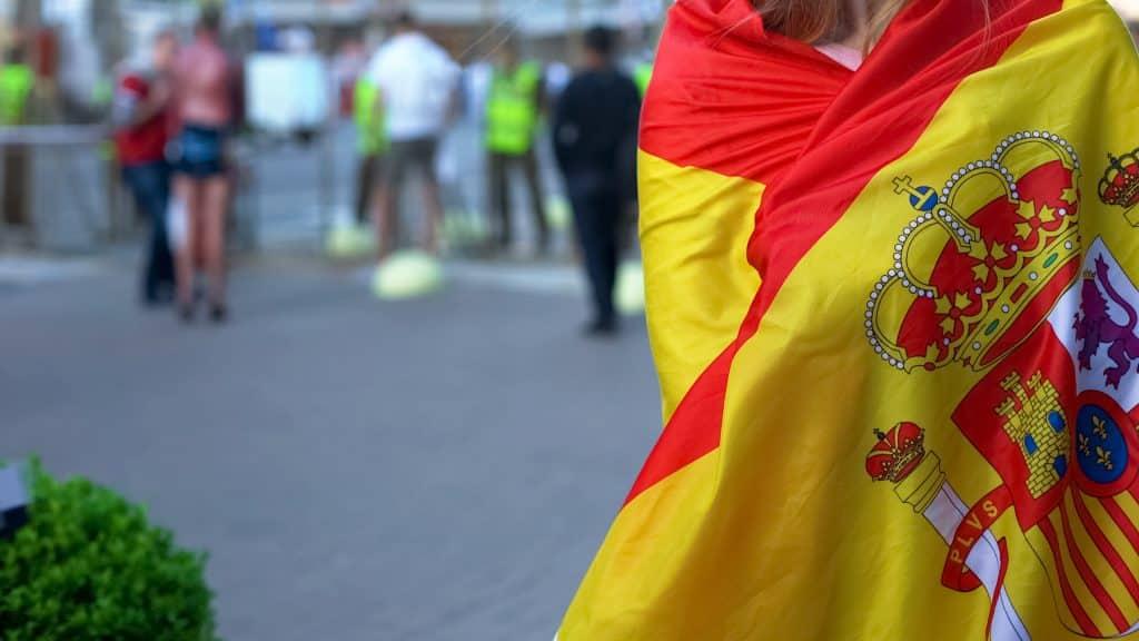 mujer cubierta con bandera españa