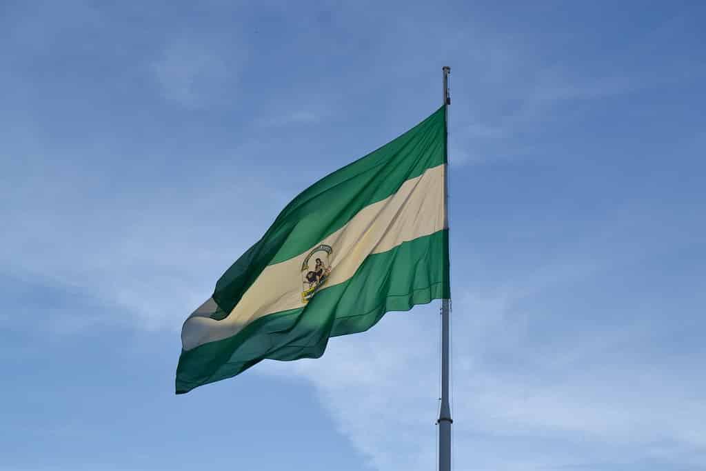 bandera de andalucia ondeando