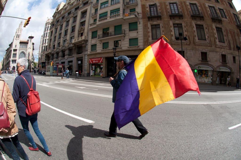 hombre porta bandera republicana