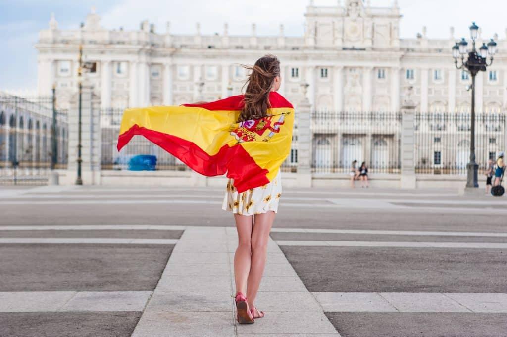 mujer portando bandera de españa